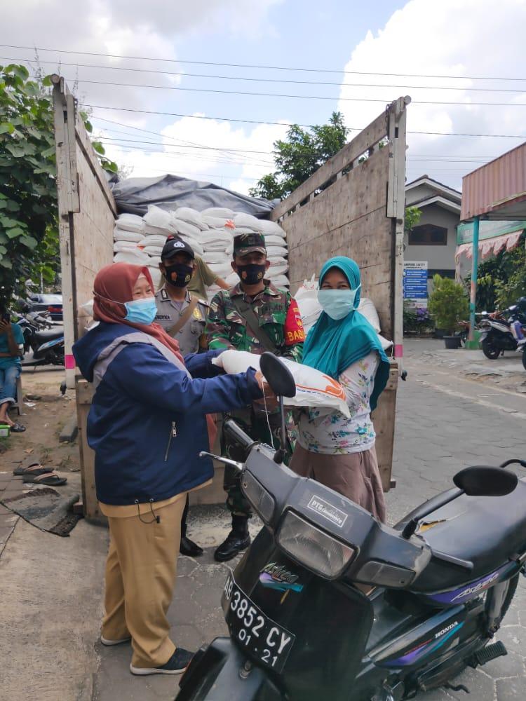 Distribusi Bantuan Sosial Beras Medium Kelurahan Karangwaru